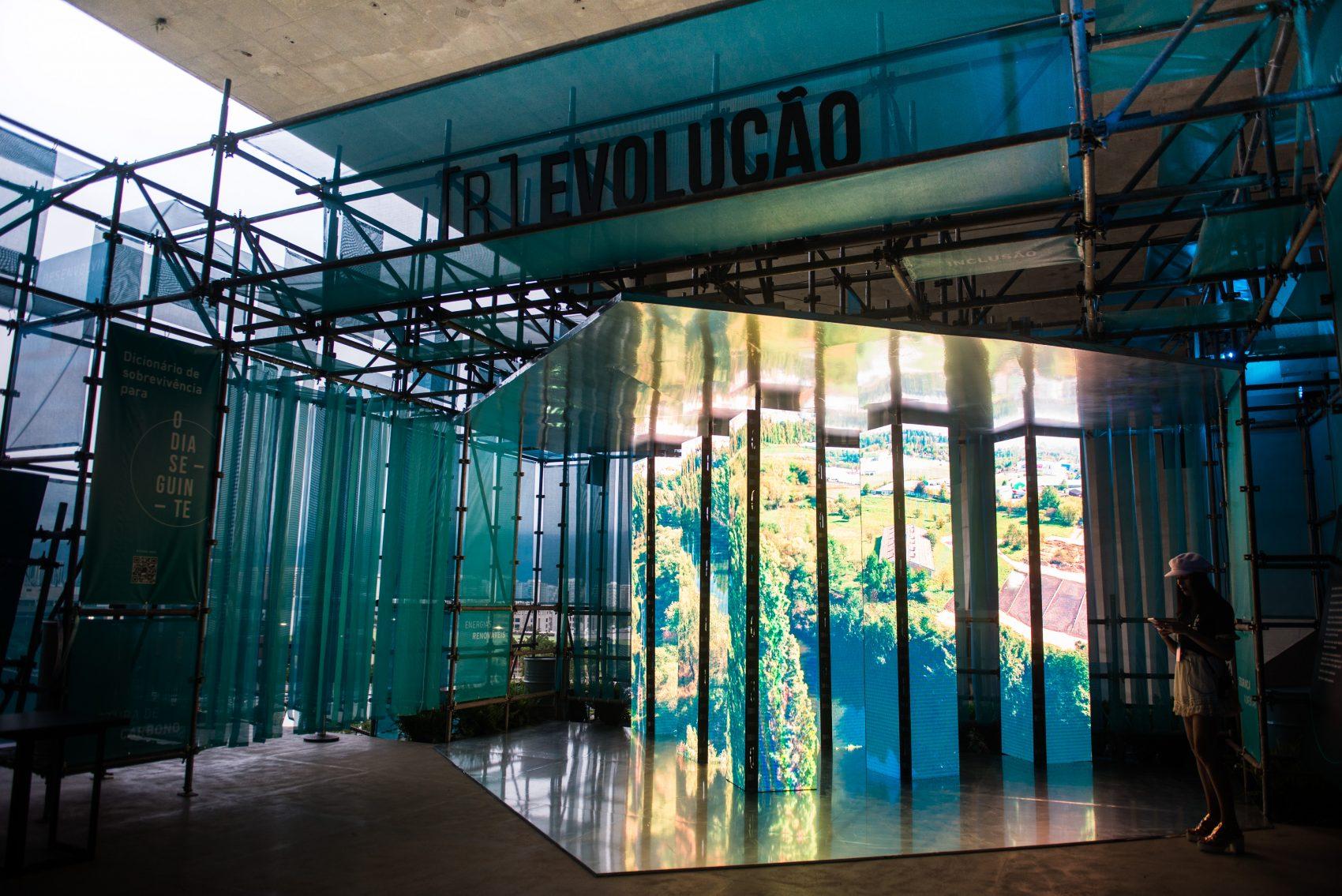 Módulo {R]Evolução da exposição O Dia Seguinte, exemplos de cidades pelo mundo que já fazem o esforço de utilizar uma economia de baixo carbono (Foto: Arlette Alencar)