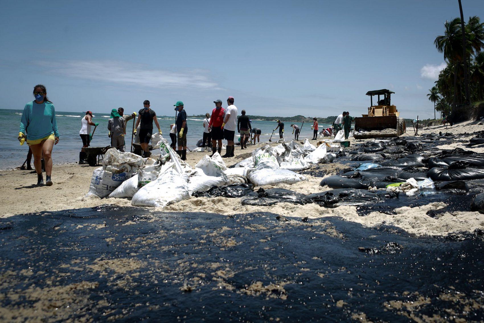 Voluntários, servidores de órgãos ambientais e da prefeitura fazem mutirão na praia de Paiva, em Cabo de Santo Agostinho. Pernambuco: mais de 900 toneladas de óleo recolhidas desde setembro em nove estados do Nordeste (Foto: Leo Malafaia/AFP)