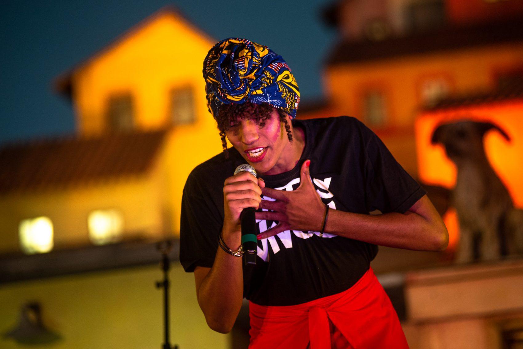 A poeta Valentine Pimenta no slam do Palco Favela do Rock in Rio: mulher trans negra enfrentando os preconceitos (Foto: Rock in Rio/Divulgação)