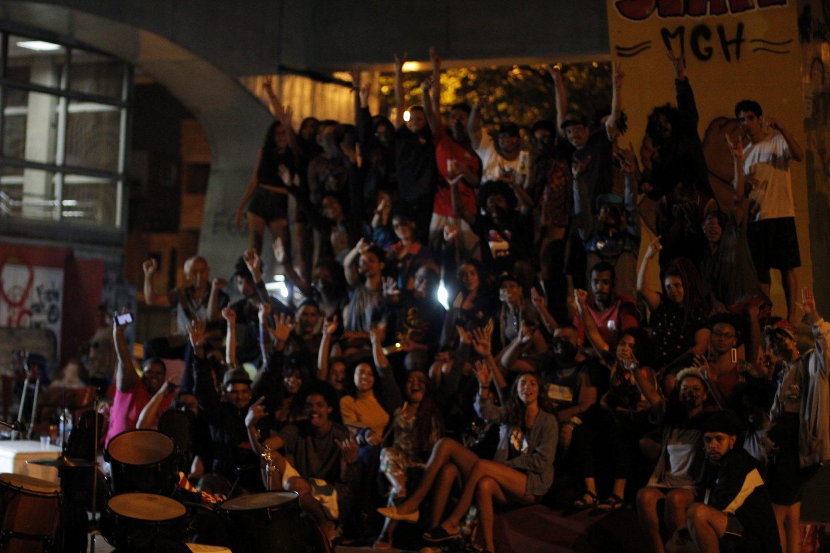 Praça da estação de trem cheia para acompanhar o Slam Manguinhos: batalhas poéticas se espalham pelo Rio de Janeiro (Foto: Franciele Campos/Slam Manguinhos)