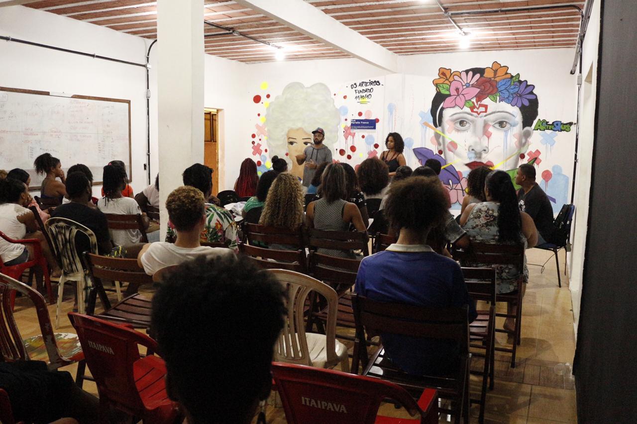 Sala de pré-vestibular da ONG Arteiros. Foto de Divulgação