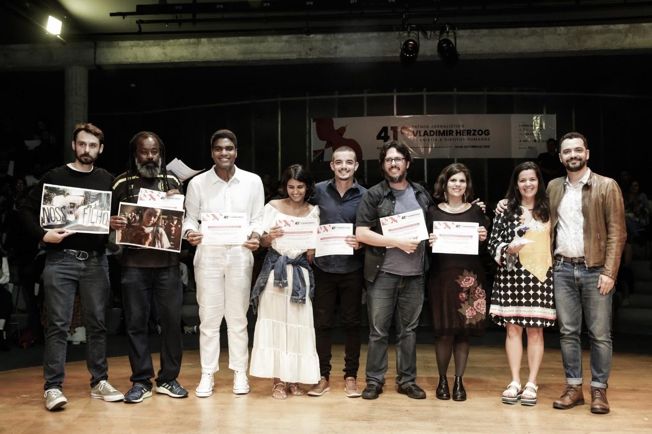 Representantes das equipes do #Colabora, da Ponte e da Amazônia Real após receber o prêmio Foto: Alice Vergueiro