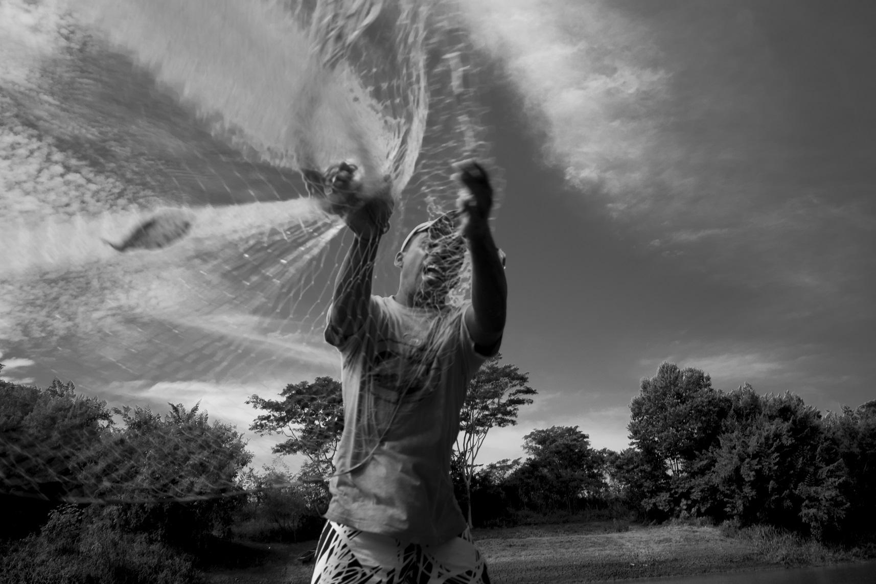 Ilha da Ressaca, quilombo Lapinha, Minas Gerais. Pescadores quilombolas em pesca artesanal de tarrafa no Rio São Francisco. Foto João Roberto Ripper