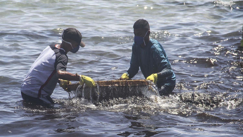 Voluntários retiram o óleo da praia no Cabo de Santo Agostinho, em Pernambuco. Foto Jean Nunes / BRAZIL PHOTO PRESS
