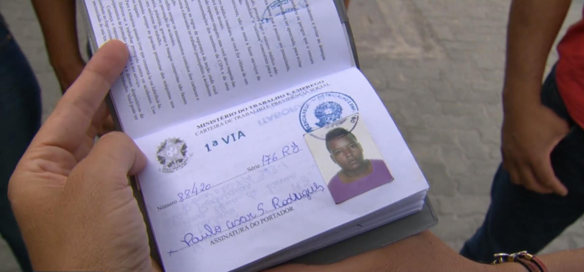 A carteira de trabalho de Paulo Cesar: trabalhador e sem antecedentes criminais (Foto: Lauro Neto)