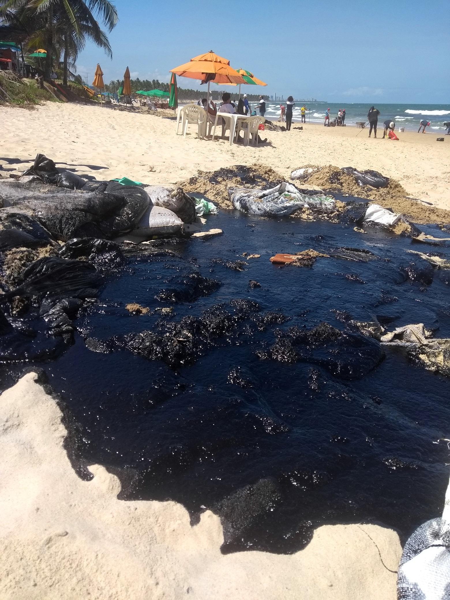 A paia de Itapuama, no litoral Sul de Pernambuco, foi uma das mais atingidas. Mais de 1.300 toneladas de óleo já foram retiradas nos últimos oito dias. Foto Michelly Lira