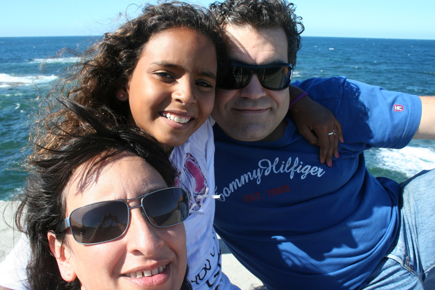 A jovem Fatimetu com Silvia Calvo e Sergio na Espanha. Foto Arquivo Pessoal
