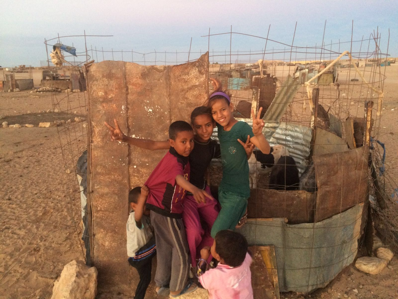 Fatimetu com sua família no acampamento de refugiados na Argélia. Foto Arquivo Pessoal