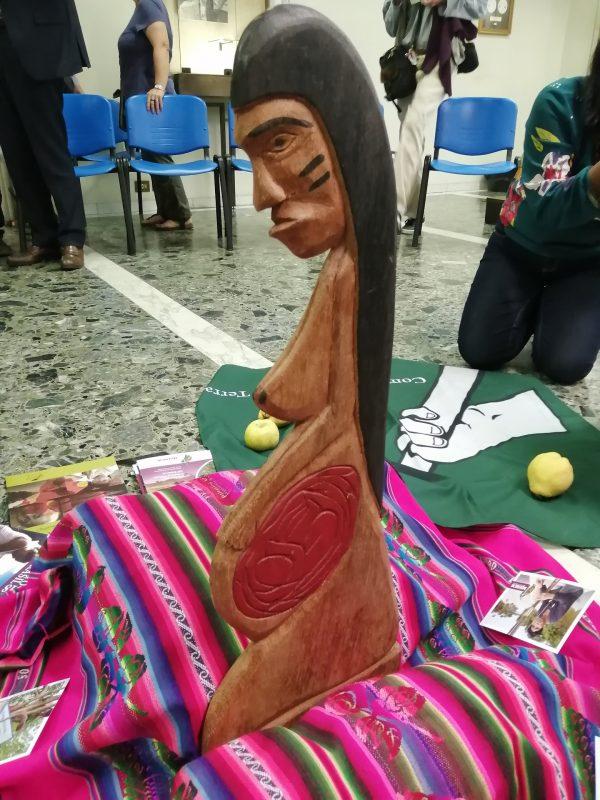 Estátua de uma mulher grávida que simboliza a Mãe Terra para os povos indígenas. Foto Janaína Cesar