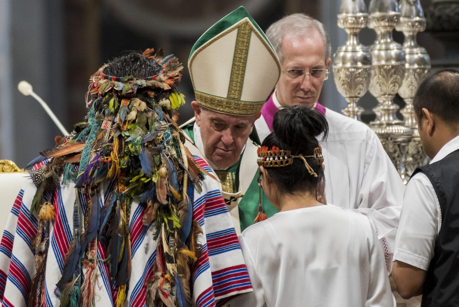 Representantes dos povos indígenas da Amazônia com o Papa Francisco na missa de encerramento do Sínodo. Foto Massimo Valicchia/NurPhoto