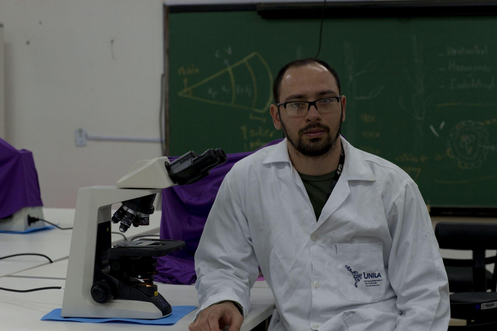 O professor Kelvinson Vieira no laboratório em Foz de Iguaçu: o clima quente o tempo todo da cidade é um ambiente fértil para o inseto transmissor da leishmaniose (Divulgação/Unila)