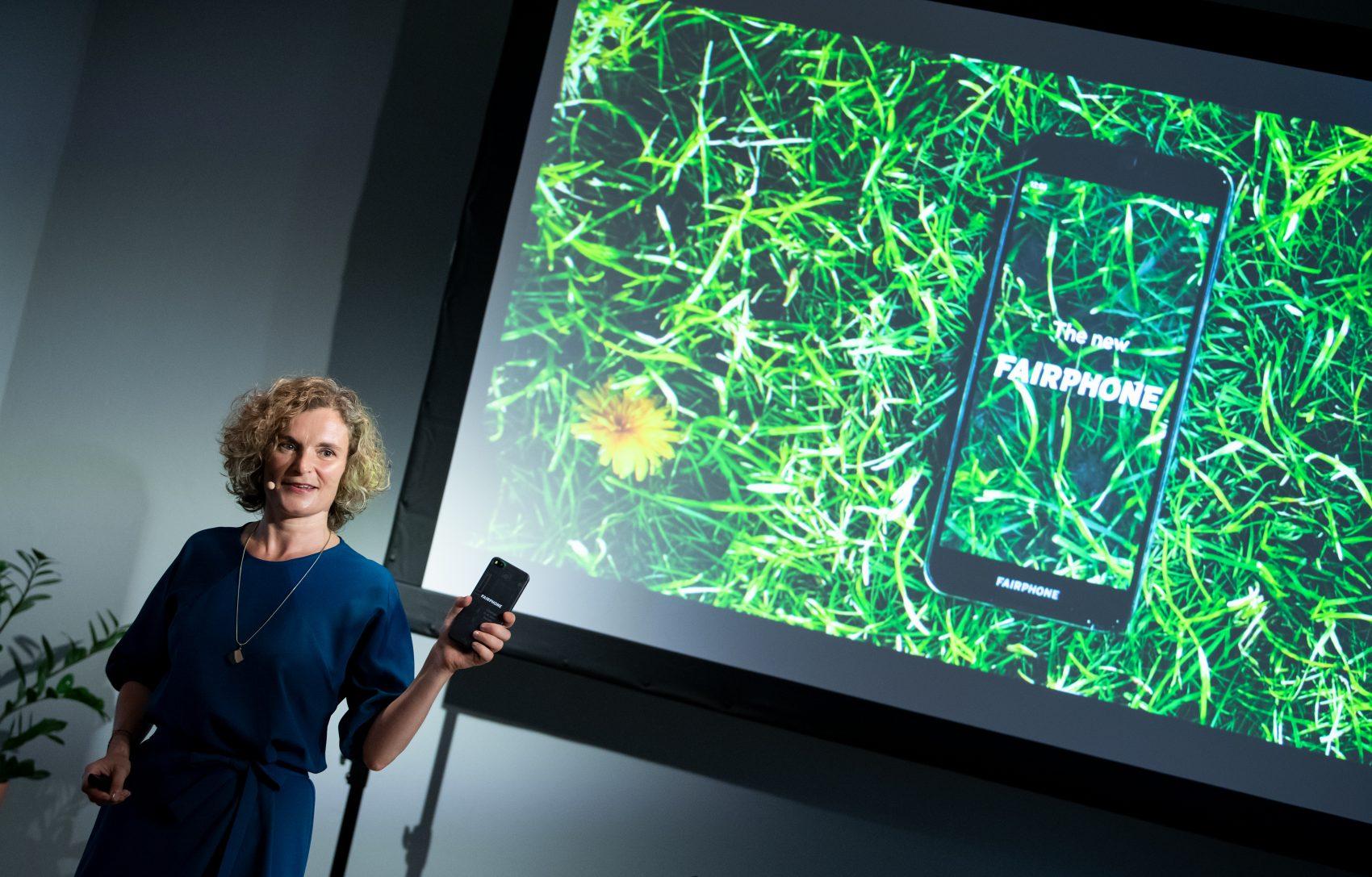 Lançamento em Berlin do Fairphone 3: Eva Gouwens, CEO da empresa holandesa explica que novo celular conta com cinco materiais que têm origem em processos sustentáveis (Foto: Bernd von Jutrczenka/DPA)