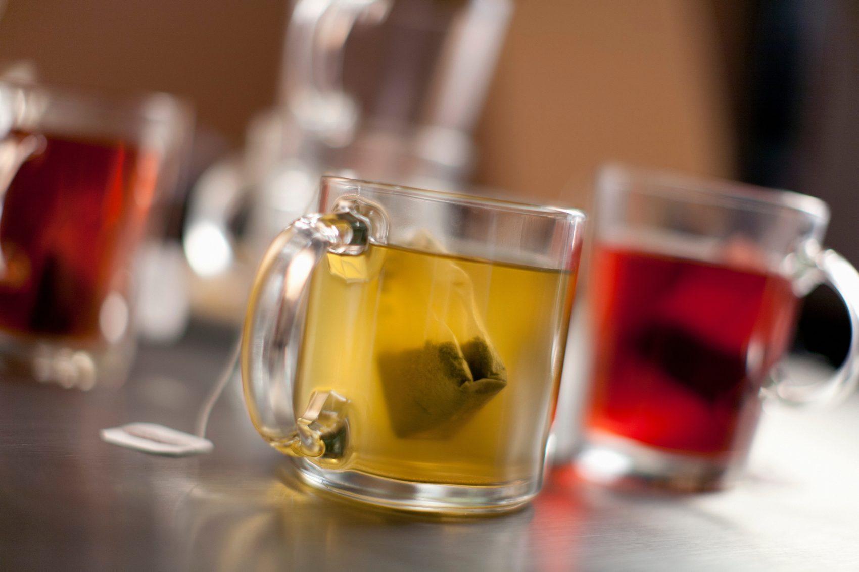 Saquinhos nas xícaras de chá: estudo de universidade do Canadá aponta que cada xícara pode ter mais de 11 bilhões de partículas de plástico (Foto: Chad Springer/Image Source/AFP)
