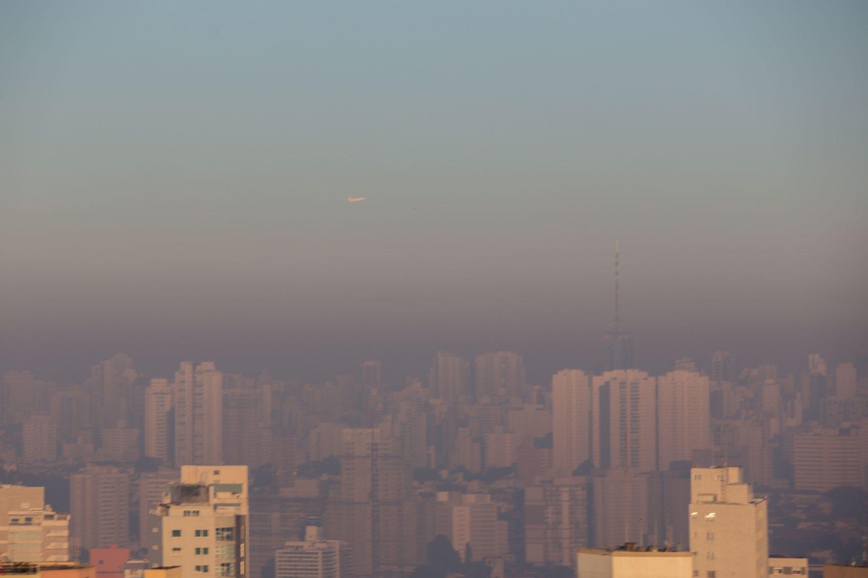 Camada de ar poluído sobre São Paulo numa manhã do último inverno: governos, empresas, sociedade civil e academia assinam compromisso pela descabornização (Foto: Luiz Guarnieri/Brazil Photo Press/AFP)