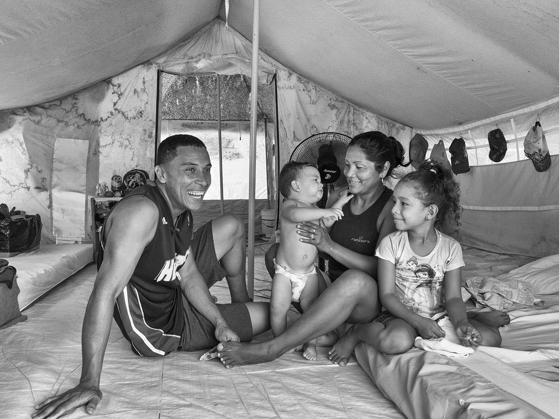 A venezuelana Ali Del Valle e sua família fotografadas em abrigo de Boa Vista: esperança de dias melhores (Foto: Fabrício Carrijo)