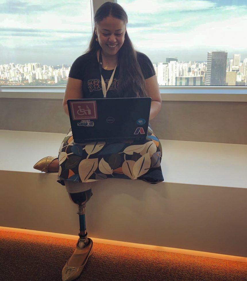 """Ana Kelly sobre as barreiras do mercado: """"os profissionais com deficiência preenchiam os mesmos cargos, sem chances de crescer ou sem atuar em uma função estratégica; dessa forma, acabam estagnados e pouco experientes para ocupar novos cargos em outras empresas"""" (Foto: Arquivo Pessoal)"""