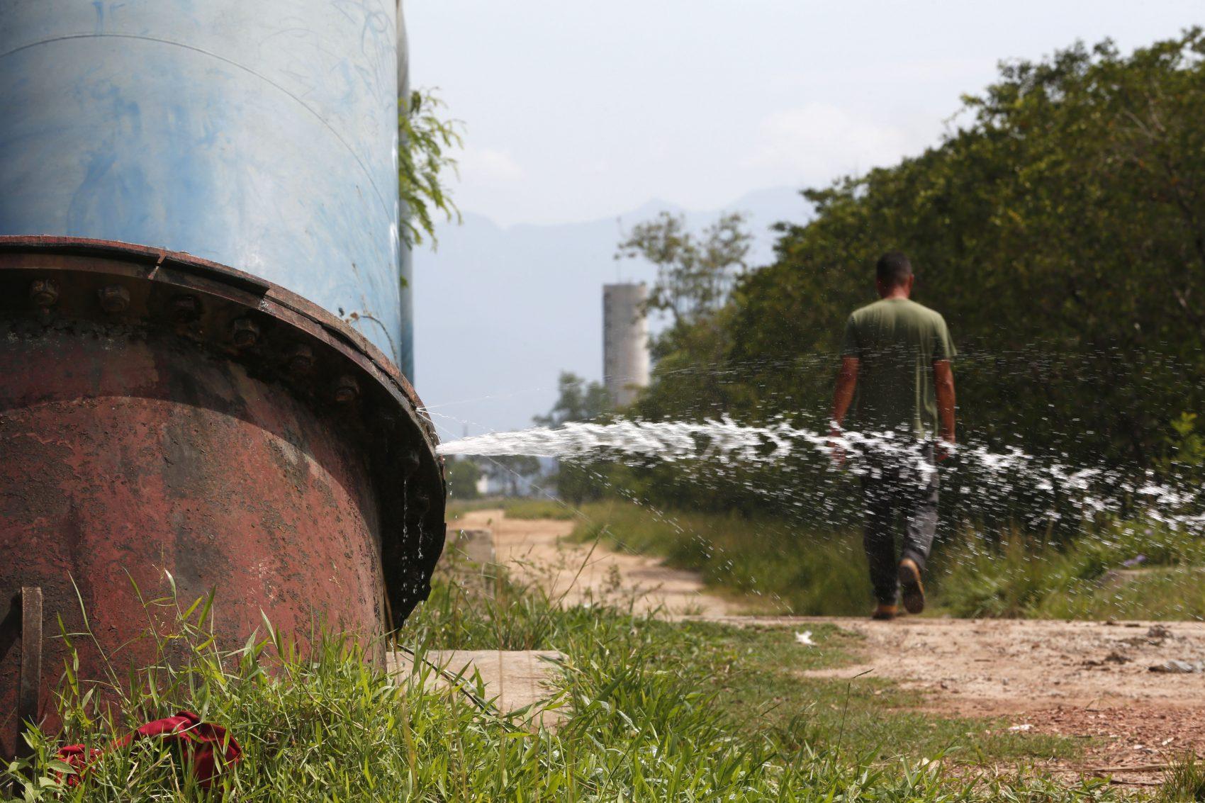 Água vaza de tubulação da Cedae: estatal admite que não combate desperdício em áreas dominadas por tráfico ou milícia (Foto: Custódio Coimbra)