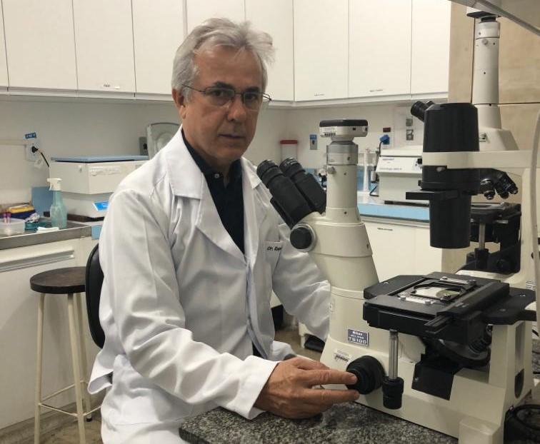 O pesquisador Roque Almeida, no Hospital Universitário da UFS: busca por fármacos capazes de matar o novo parasita e de descobrir como surgiu o novo agente infeccioso e como a doença é transmitido para os seres humanos. (Foto: Arquivo Pessoal)