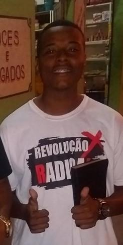 Paulinho com a Bíblia e camiseta do Projeto Revolução Radical: participação ativa na comunidade evangélica (Foto: Reprodução)