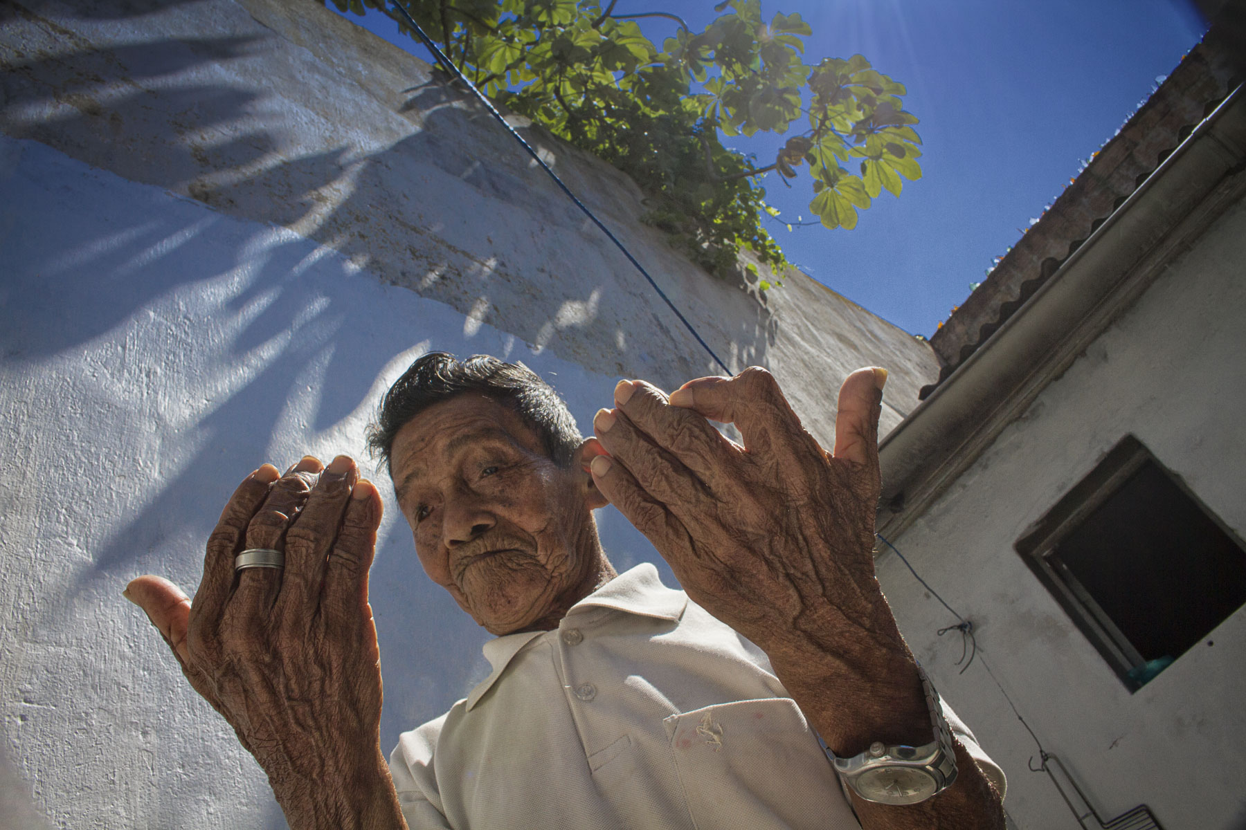 Manuel Lima no Centro de Medicina Indígena de Manaus: para pajé da etnia tucuia, medicalização dos brancos está transformando a todos - indígenas e não indígenas - em dependentes químicos (Foto: Alberto César Araújo/Amazônia Real)