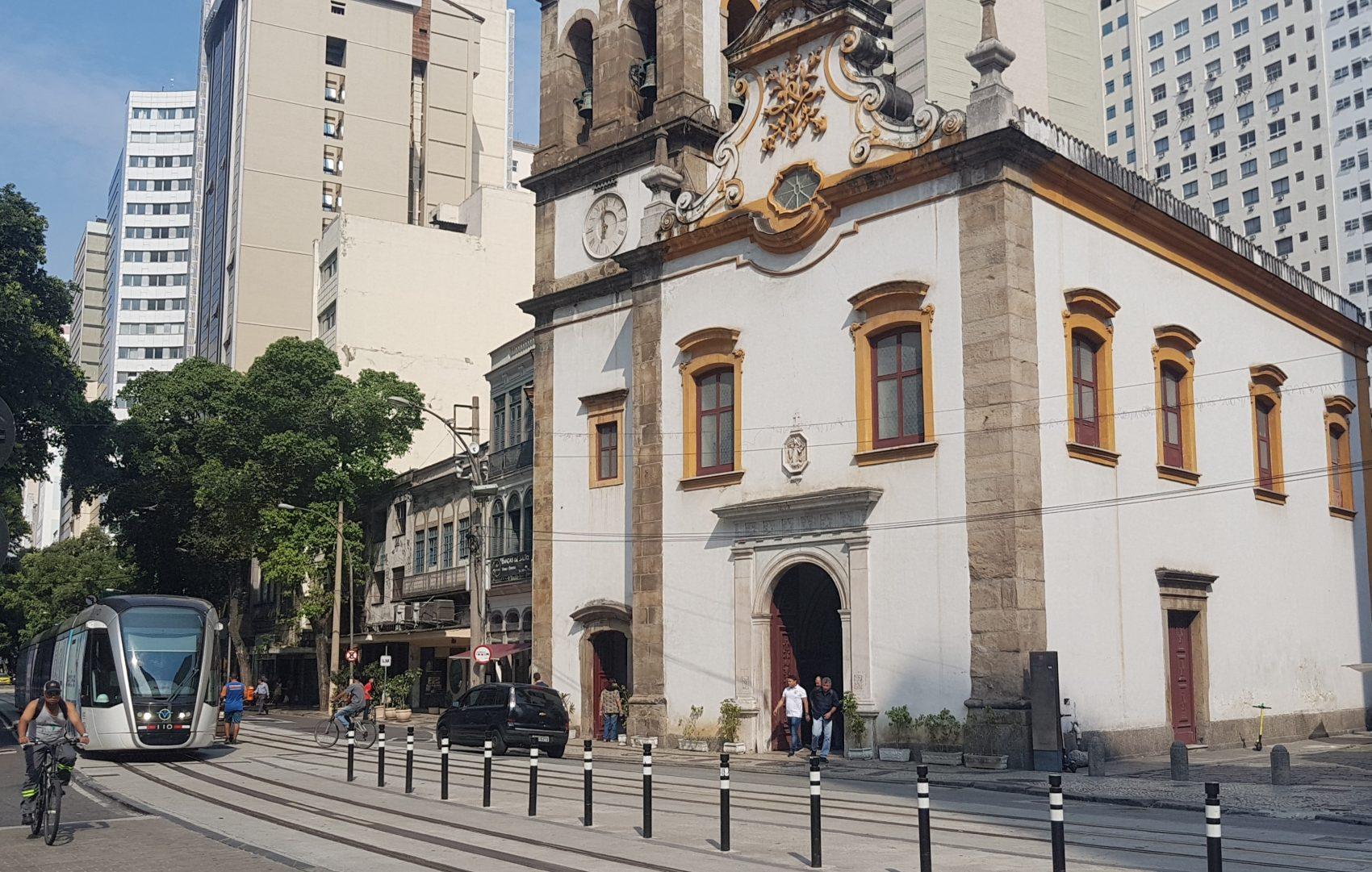 A Igreja de Santa Rita na linha do VLT: área em torno da antiga capela foi o primeiro cemitério de escravizados no Rio de Janeiro (Foto: Oscar Valporto)
