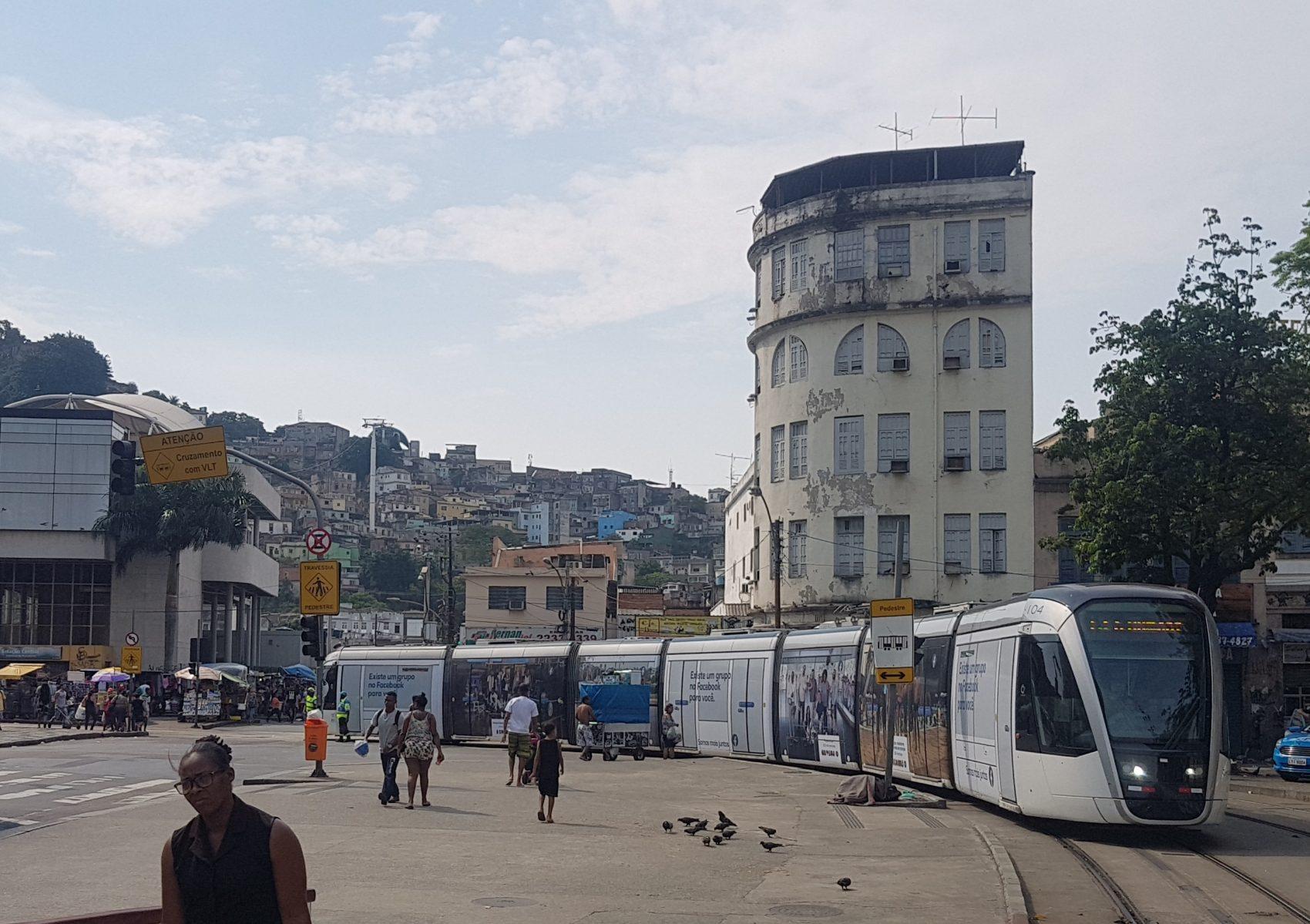 O bonde do VLT com o Morro da Providência ao fundo: primeira favela do Rio nasceu após ocupação por ex-escravos que haviam combatido em Canudos e foram dispensados pelo Exército (Foto: Oscar Valporto)