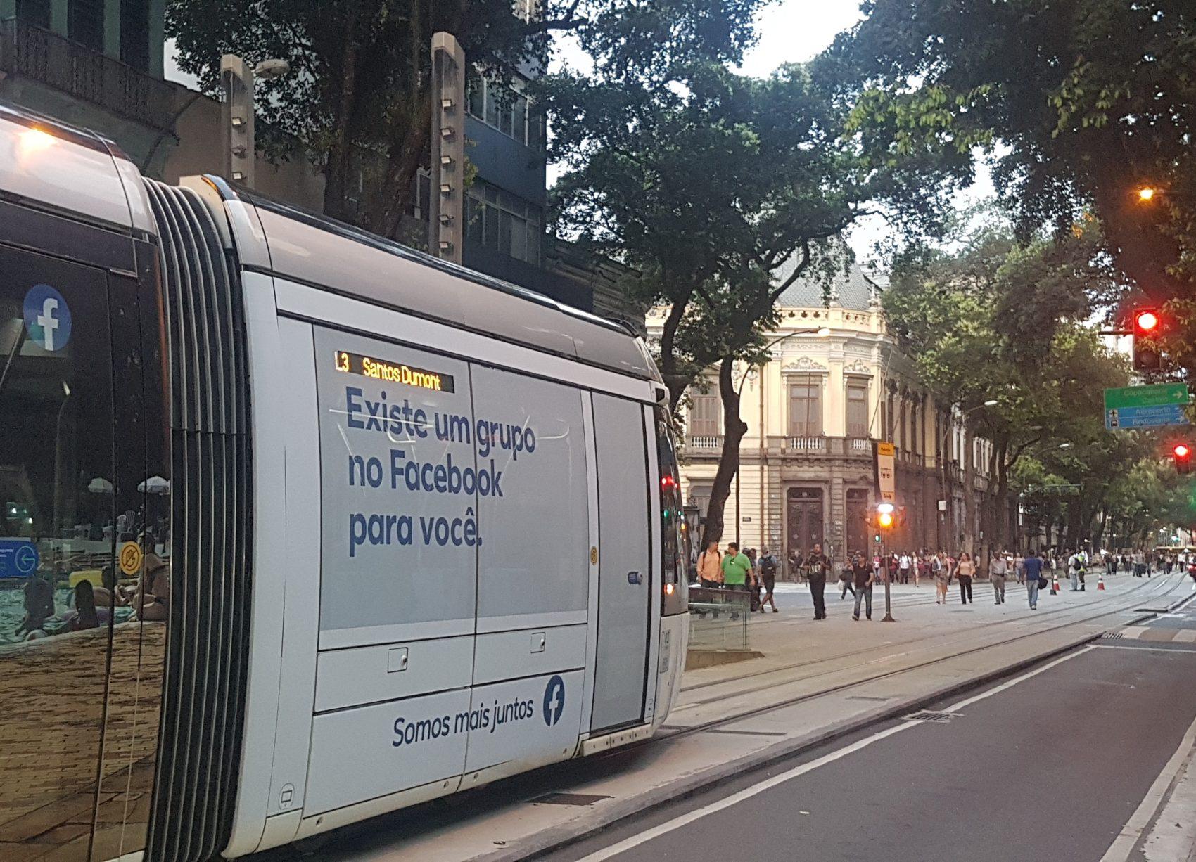 Bonde deixando a Estação Rosas Negras em direção ao Santos Dumont: caminho para a Pequena África entra pela Rua Camerino, um pouco adiante, com o Colégio Pedro II na esquina (Foto: Oscar Valporto)