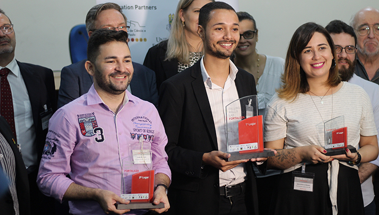 O pesquisador Micael Rubens da Silva (ao centro) na premiação brasileira: cimento de menor impacto ambiental (Foto: Divulgação)