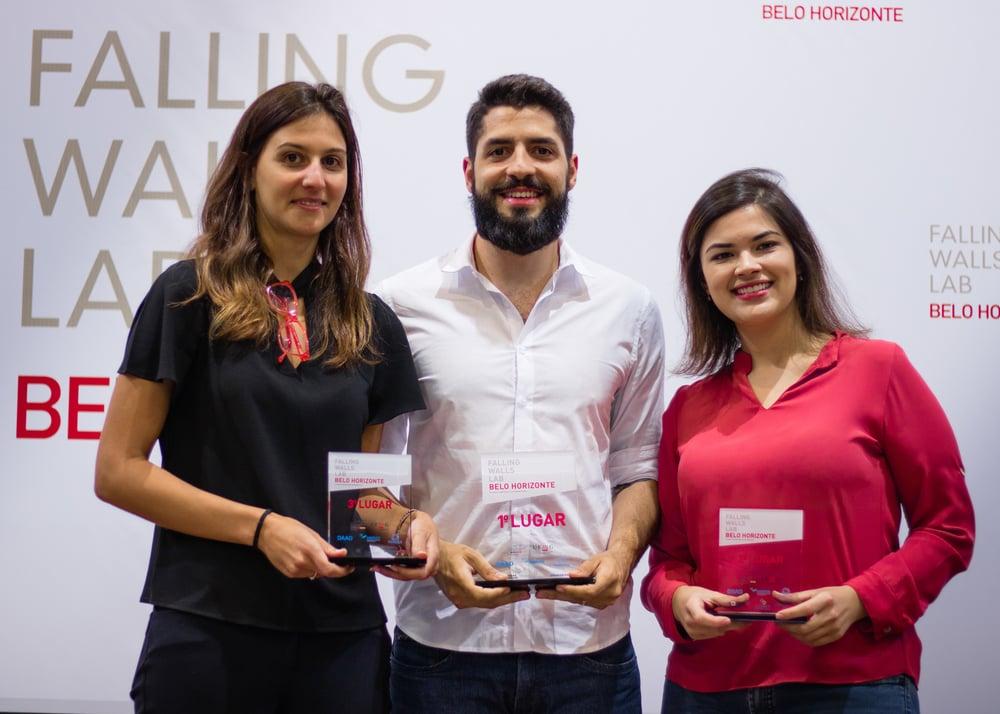 Victor Freitas, entre Maria Clara Starling e Julia Cordeiro: professor da Universidade Federal de São Del Rey foi premiado por pesquisa para reaproveitamento de moléculas de plantas para materiais biodegradáveis (Foto: Eduardo Iunes/DWIH)