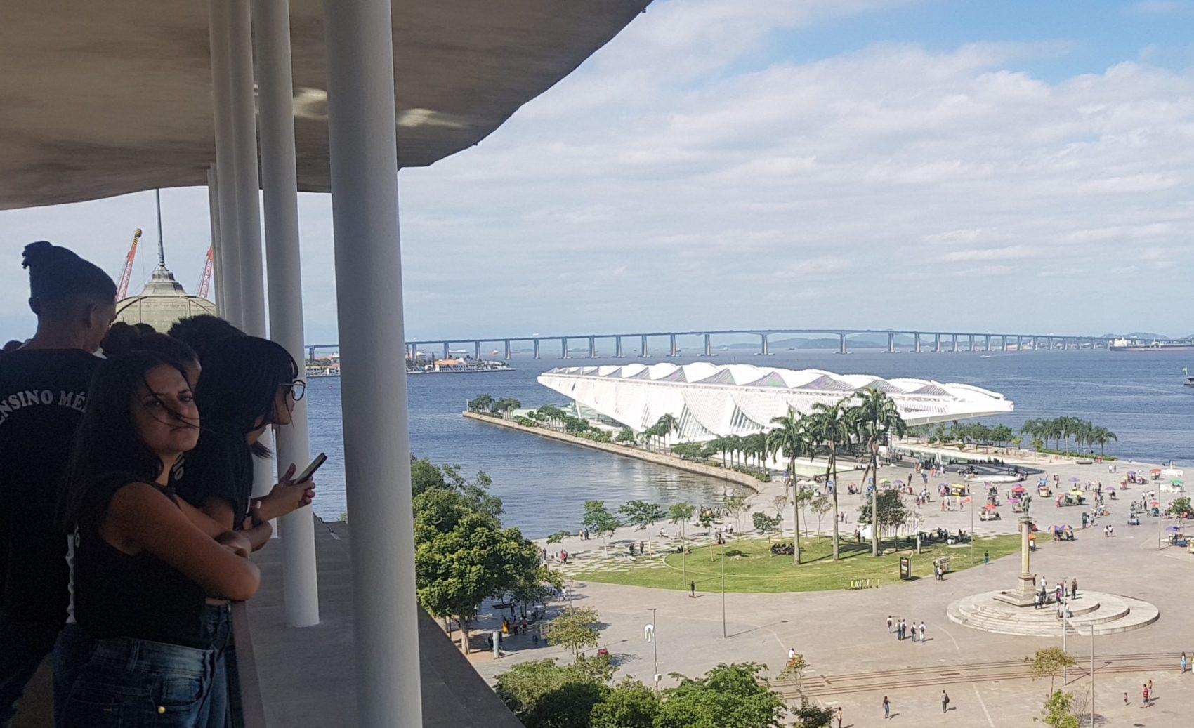 Do alto do MAR, a vista da nova Praça Mauá,: reintegração à vida do Rio, sem a Perimetral e com a estátua do barão e o Museu do Amanhã (Foto: Oscar Valporto)