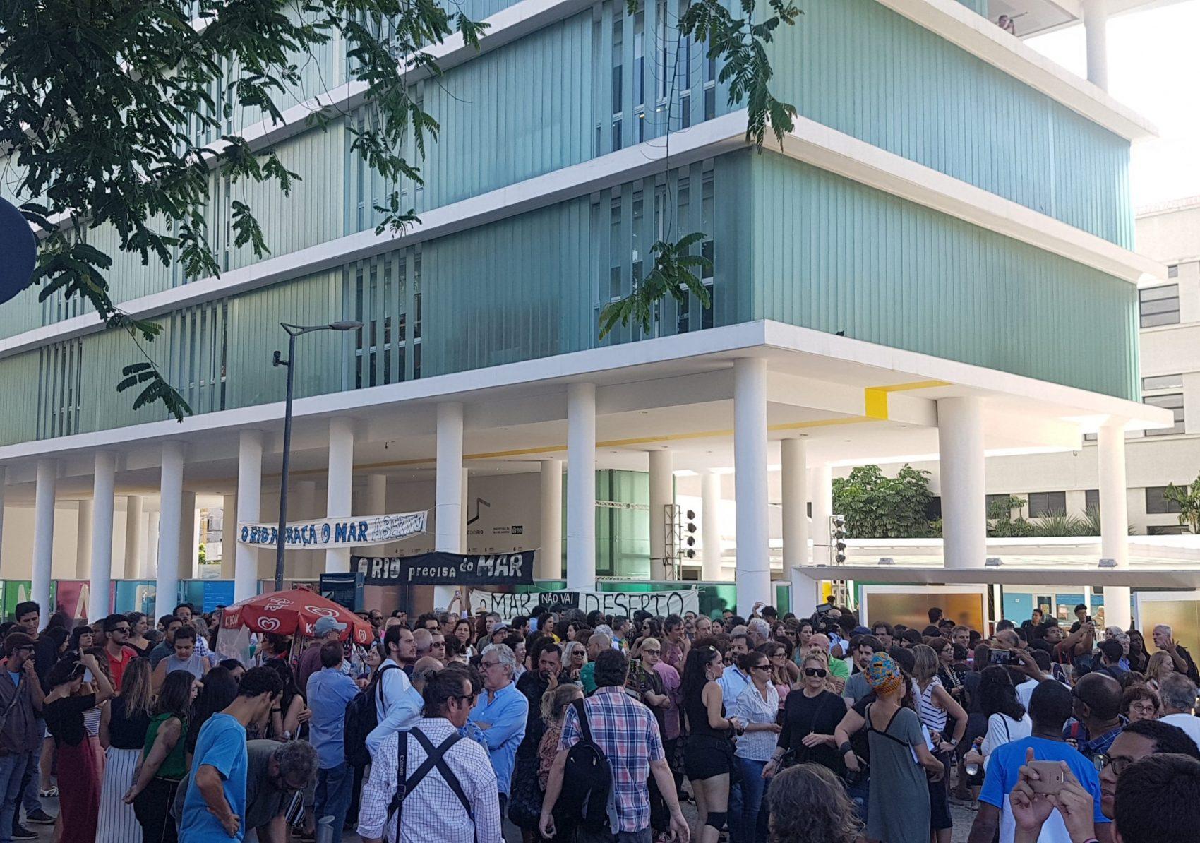 Manifestação em defesa do Museu de Arte do Rio: prefeitura atrasa repasses e funcionários estão de aviso prévio (Foto: Oscar Valporto)