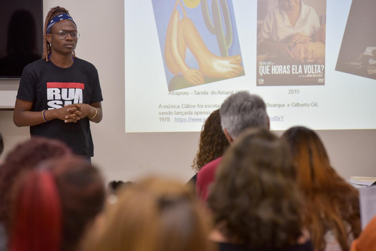 """Professor em aula sobre cultura e Direitos Humanos: referências ao Abaporu, ao filme """"Que horas ela volta"""" e à música-manifesto """"Cálice"""". Foto de Marcos Fabrício (Divulgação)"""