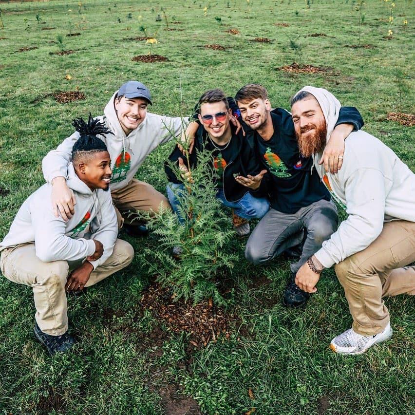 A equipe com uma das 1.700 árvores plantadas com ajuda voluntários durante divulgação da campanha. Foto Divulgação