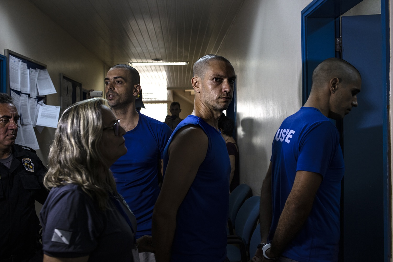 Os quatro brigadistas de Alter do Chão presos preventivamente ontem (26) chegam ao Fórum de Justiça de Santarém para audiência de custódia. Foto Marizilda Cruppe