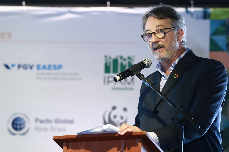 """O presidente do Instituto Ethos, Caio Magri, no lançamento da Declaração do Recife: """"a redução da pobreza e da desigualdade é o maior desafio no Brasil e está diretamente relacionado ao enfrentamento da crise climática"""", diz o texto (Foto: Hélia Scheppa/Governo de Pernambuco)"""