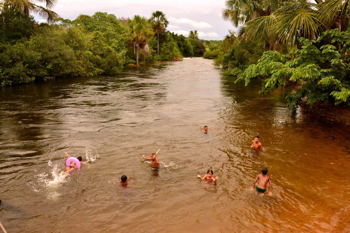Criancas brincando no rio Arrojado. Foto de Mirian Fichtner