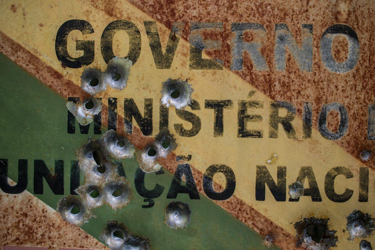 Placa da Funai atingida por tiros dentro do território indígena Uru-Eu-Wau-Wau, em Rondônia. Foto Gabriel Uchida/Anistia Internacional