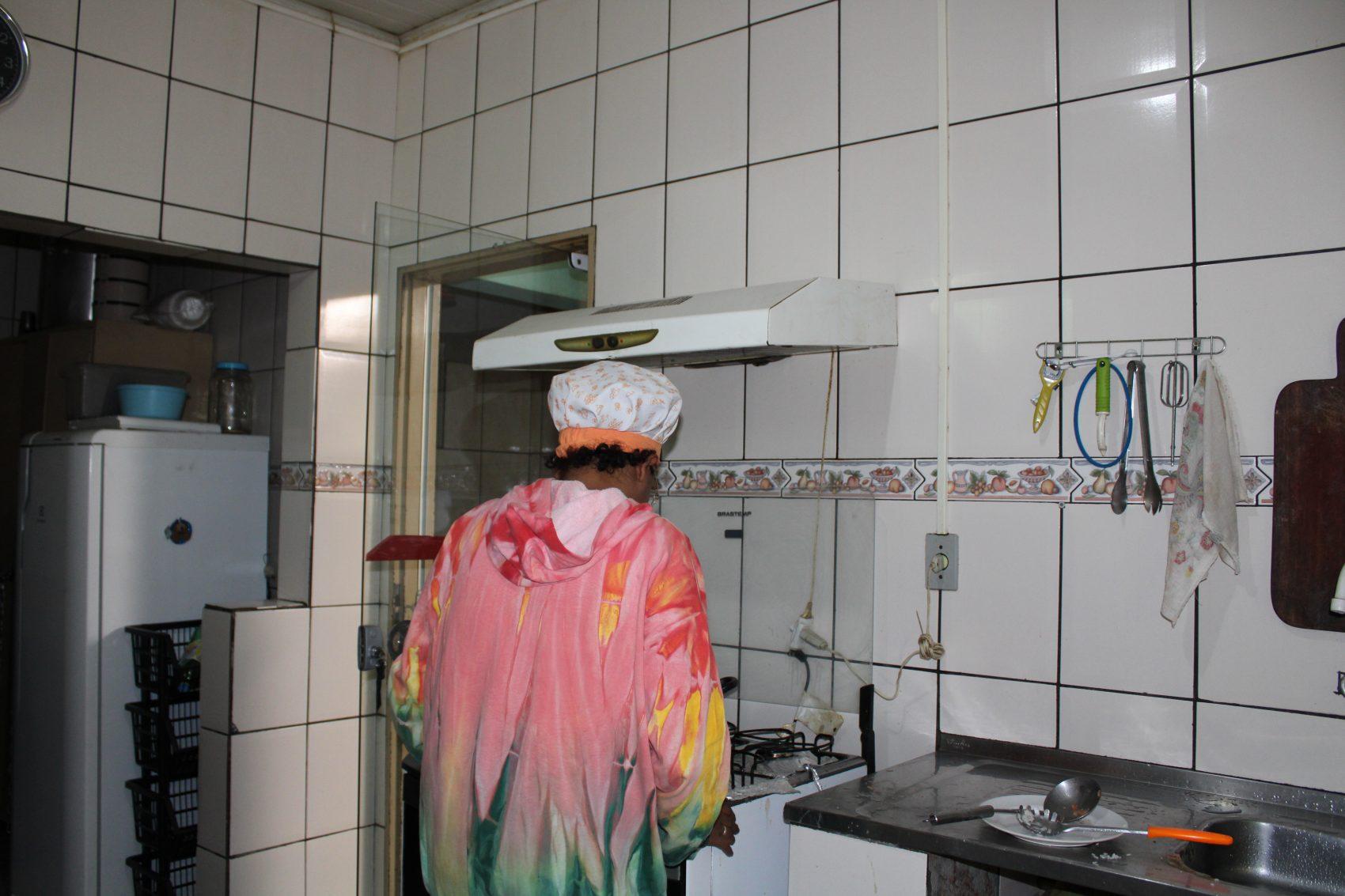 Interna na cozinha do abrigo: tarefas são divididas por todos (Foto: André Giusti)