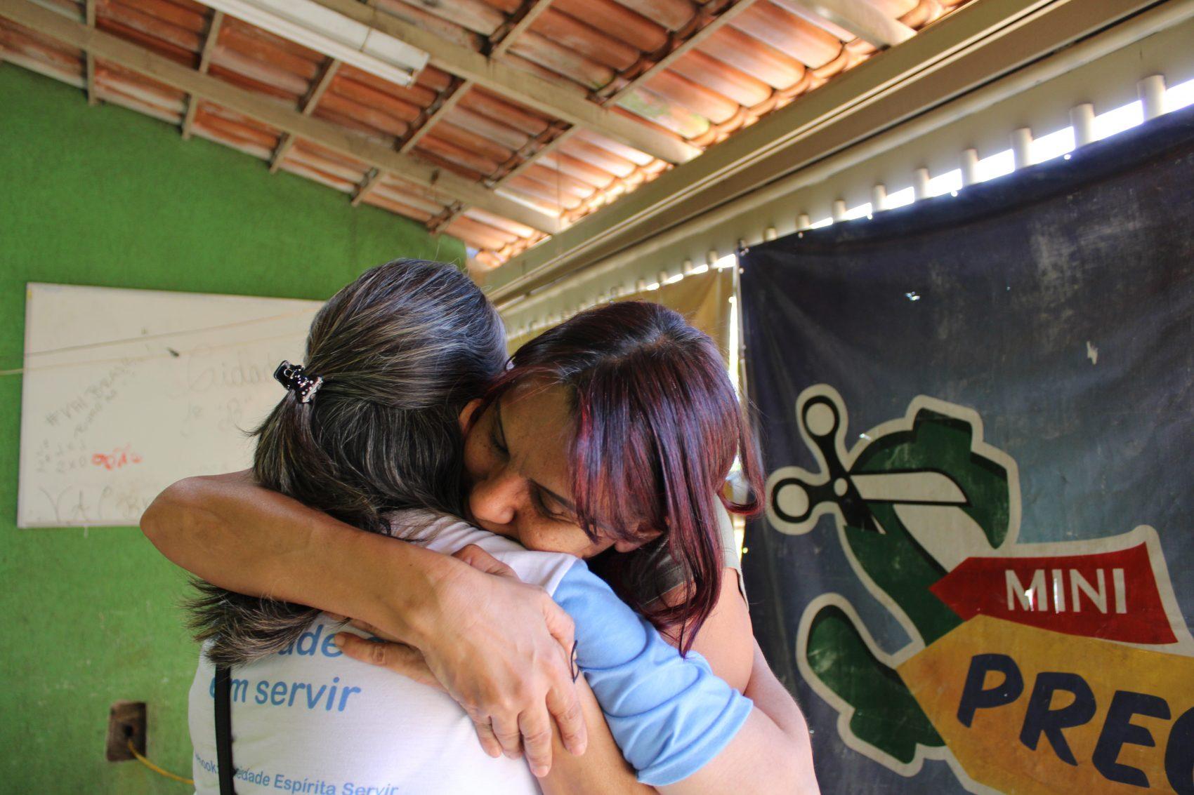 Nica recebe o abraço de integrante de ONG: para manter o abrigo, ela conta com a solidariedade (Foto: André Giusti)