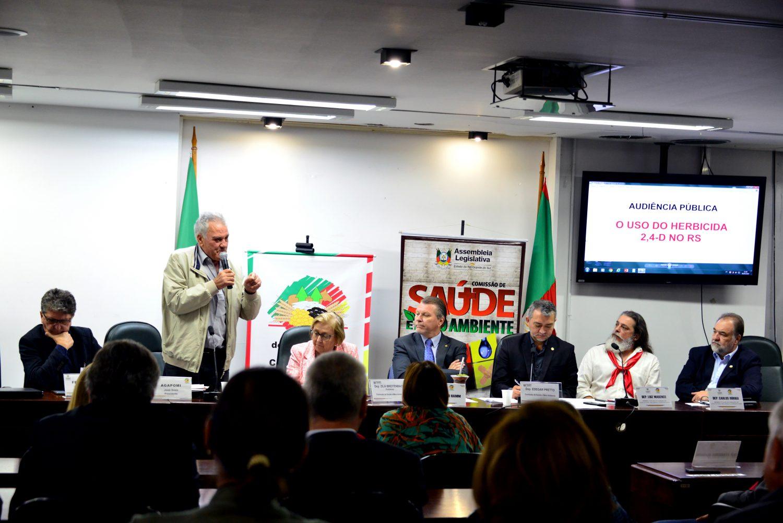 Deputado federal Afonso Hamm (de gravata azul), do PP, ao lado de Edegar Pretto (de paletó preto), do PT, em audiência pública na Assembléia Legislativa do Rio Grande do Sul. Foto de Mirian Fichtner