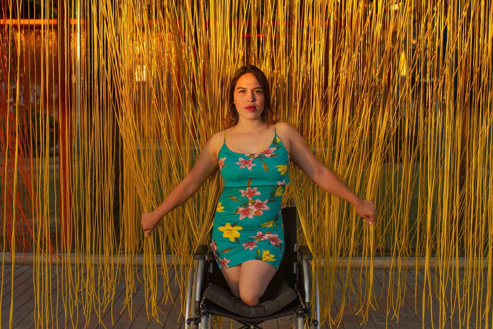 Alyannis Villaravid posa para foto do projeto Estórias Migrantes: no Brasil há seis meses, ela sente o preconceito com os venezuelanos e pessoas com deficiência - e diz estar pronta para combater os dois (Foto: Fabricio Carrijo)