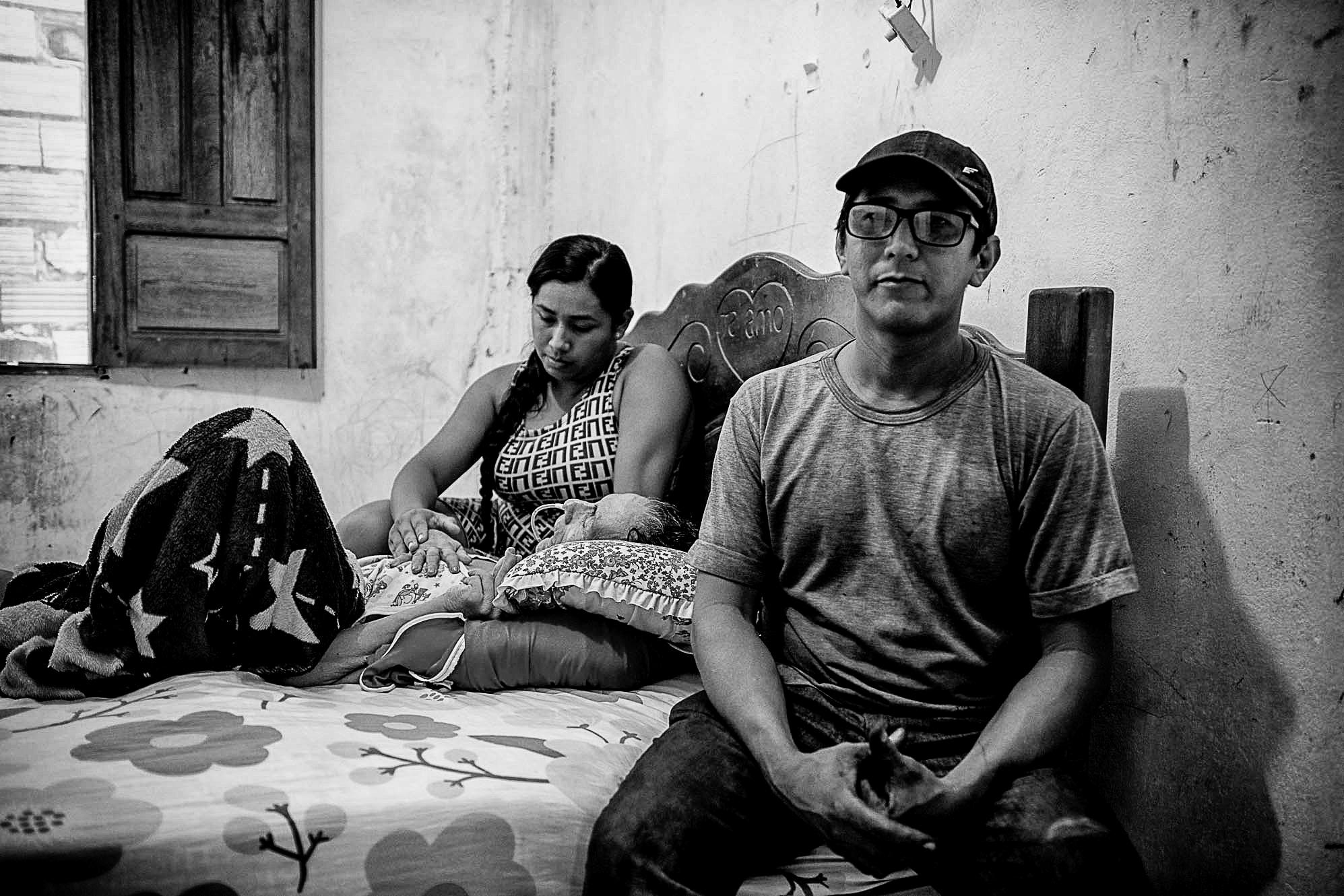 Os irmãos Lucivaldo e Rackel Baía com a mãe, Raimunda: doente por causa da poluição das mineradoras. Foto de Cícero Pedrosa Neto (Amazônia Real)