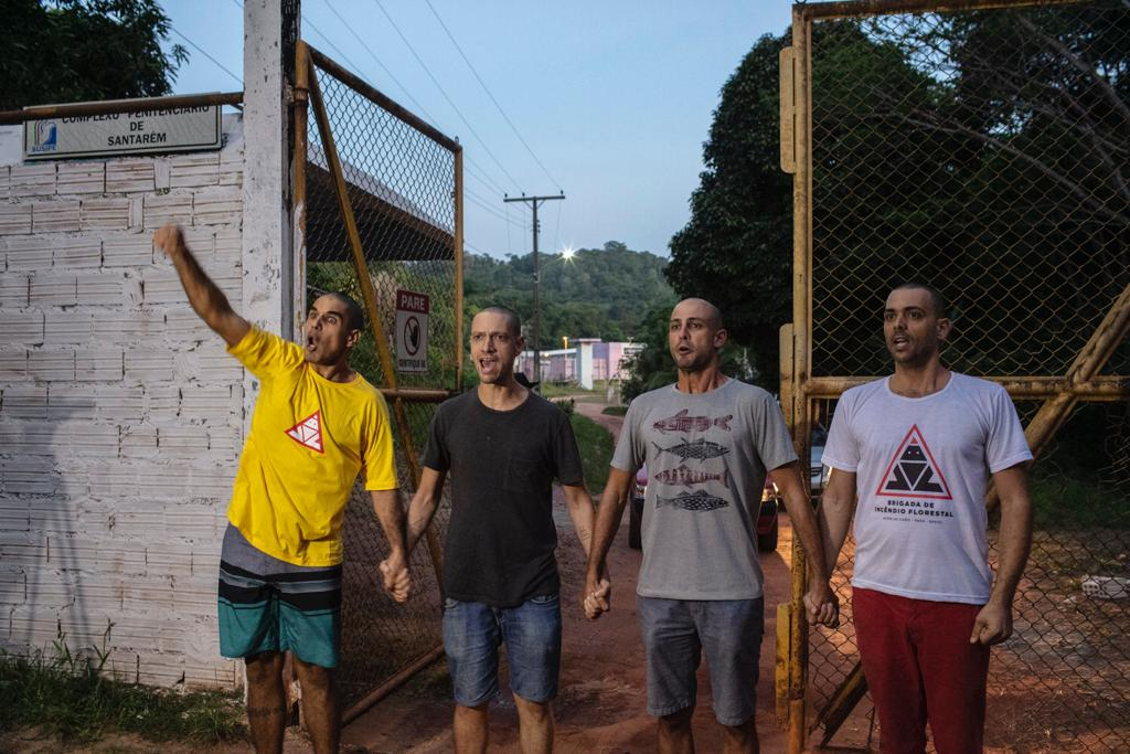 Os quadro brigadistas João, Daniel, Marcelo e Gustavo deixam a Penitenciária Agrícola Silvio Hall de Moura, em Santarém. Foto Marizilda Cruppe