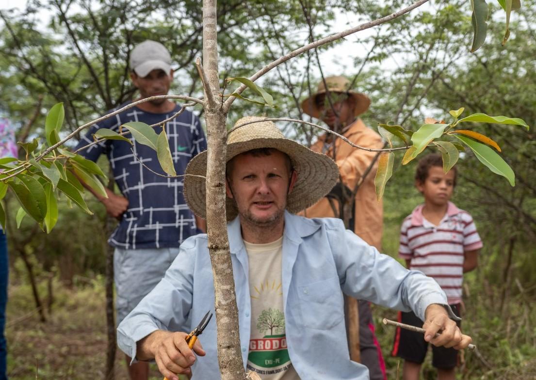 Desde que foi morar em Exu, o paranaense Vilmar Lermer (no centro da foto, de chapéu e camisa azul) transformou sua área de dez hectares num oásis em meio ao sertão pernambucano. (Foto: Divulgação)