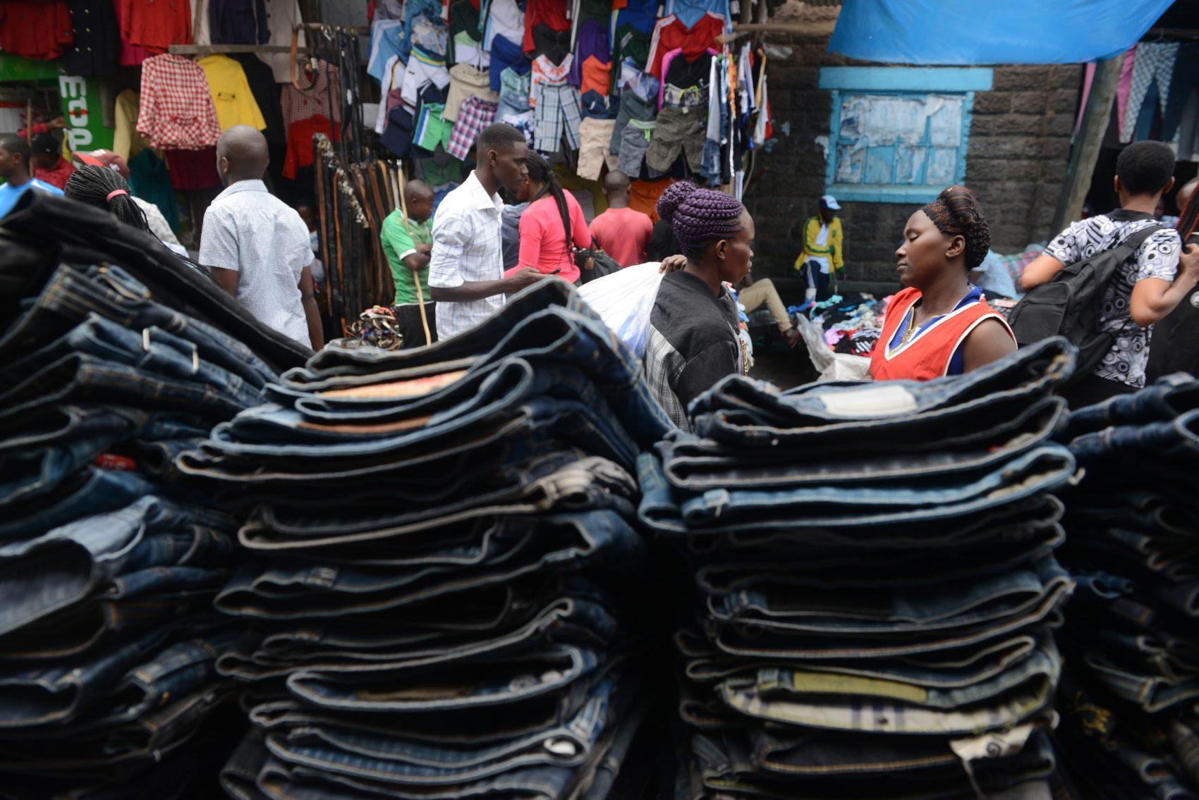 Consumidores compram roupas de segunda mão no mercado de Gikomba, em Nairóbi. (Foto: SIMON MAINA / AFP)