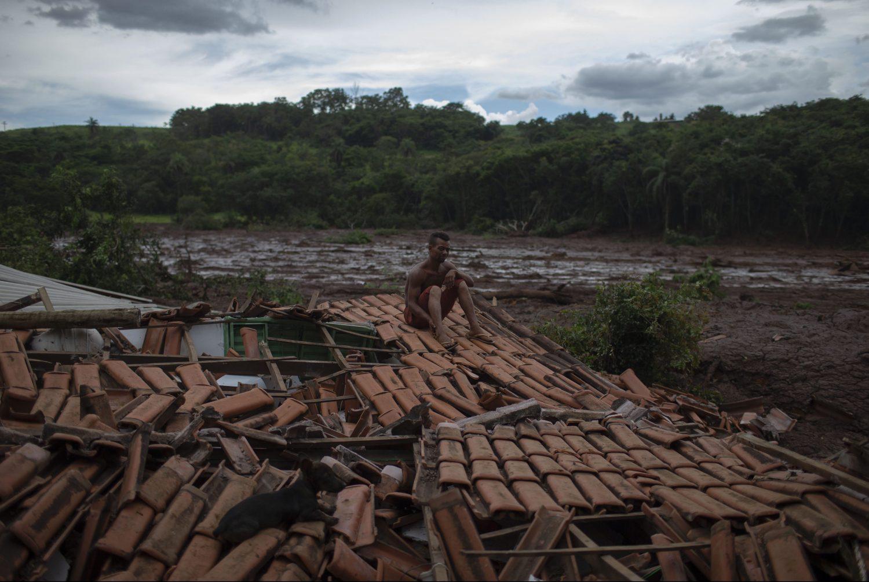 """Emerson dos Santos, nos escombros de sua casa, diante do mar de rejeitos: """"Vi árvores e pessoas desaparecendo na lama"""" Foto de Mauro Pimentel (AFP)"""