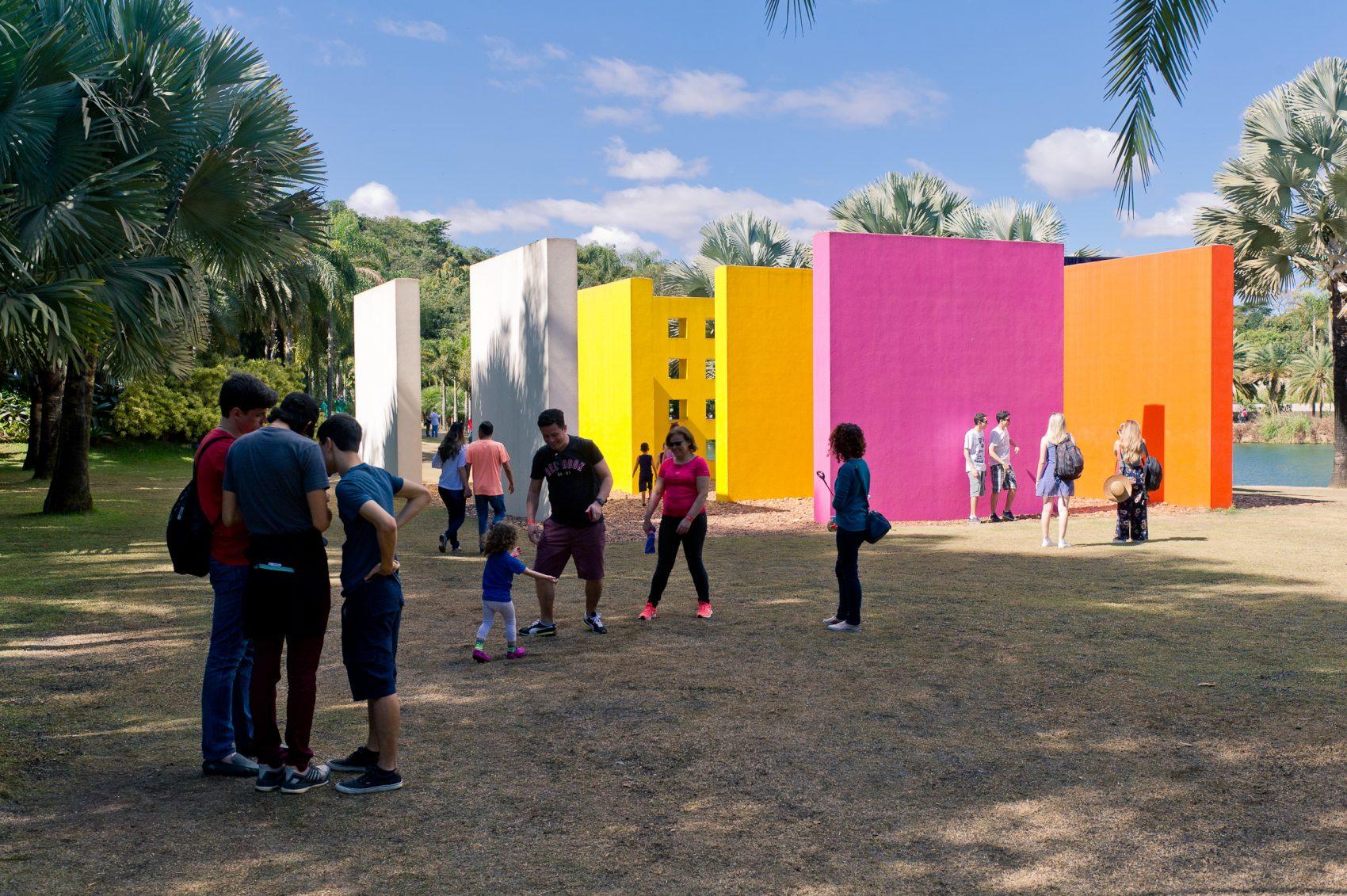 Visitantes em Inhotim: museu fica na cidade de Brumadinho e tem um dos maiores programas de sócios do país (Foto: Divulgação)