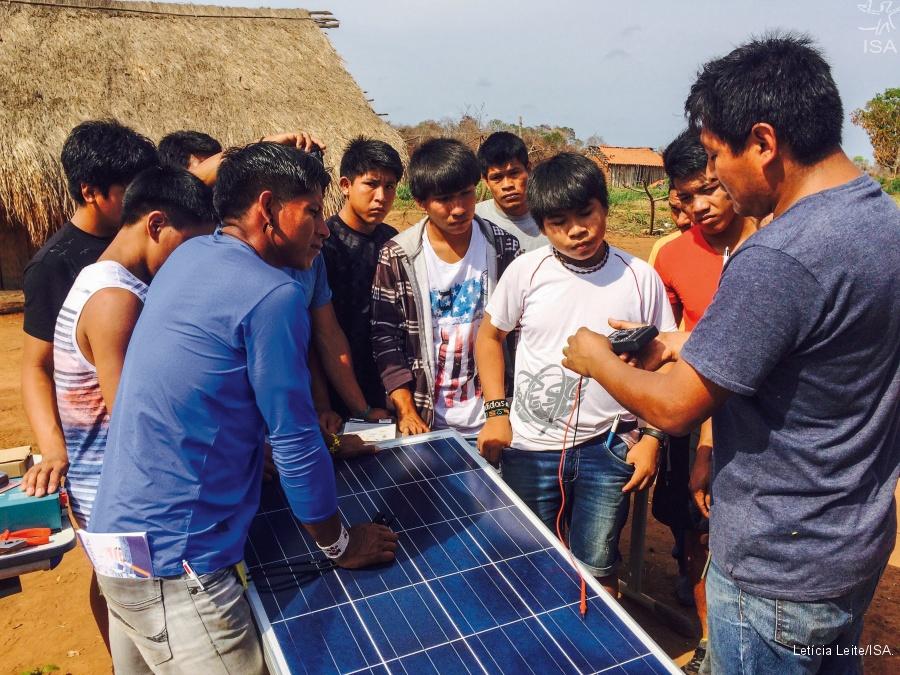 Painel de energia solar no Território Indígena do Xingu: 70 sistemas fotovoltaicos, em 65 aldeias, garantem energia limpa para escolas e postos de saúde (Foto: Letícia Lima/ISA)
