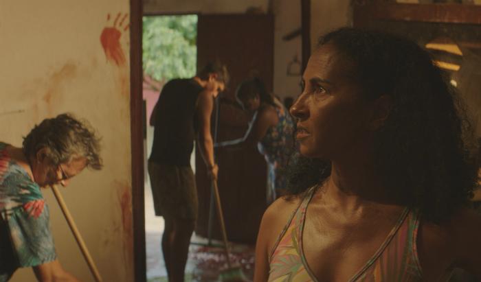 Em Bacurau, a museóloga Isa (Luciana Alves) manda lavar o chão do museu após o conflito mas manter as marcas de sangue na parede (Foto: Divulgação)