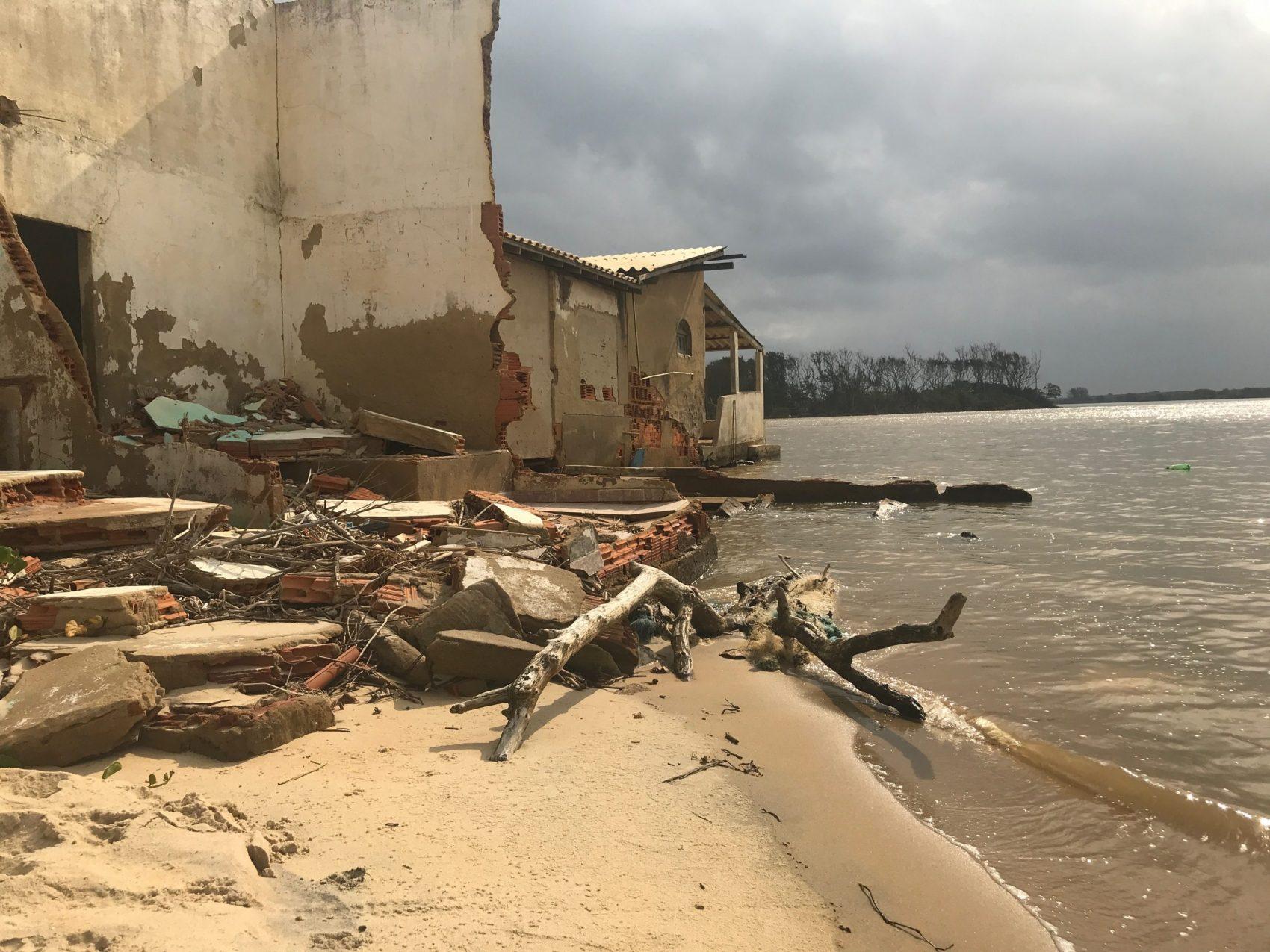 Imóvel destruído pelo mar em Atafona: mais de 300 casas engolidas em 15 quarteirões criaram centenas de refugiados ambientais em balneário no litoral norte do Estado do Rio (Foto: Carolina Gomes)